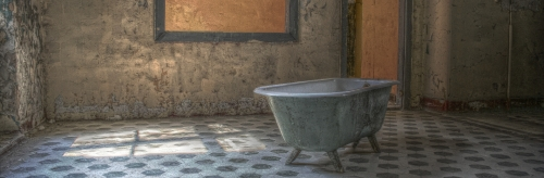 Photo by Martin Damboldt from Pexels (https://www.pexels.com/photo/bathtub-lost-place-marodistan-room-799097/)