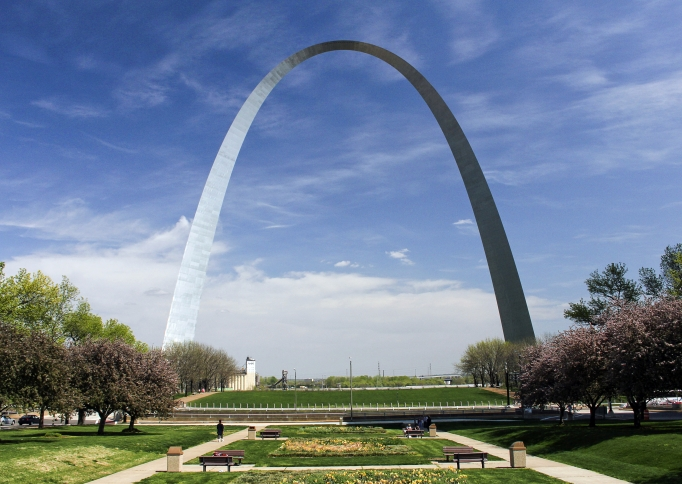 Smith Square en Gateway Arch in de lente, Jefferson National Expansion Memorial, NPS from St. Louis, MO, USA (Smith Square and Arch Springtime) [CC BY 2.0], via Wikimedia Commons