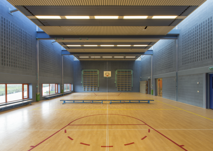 Geluidsabsorberende wand in gymzaal met blokken van Soundless Acoustics International
