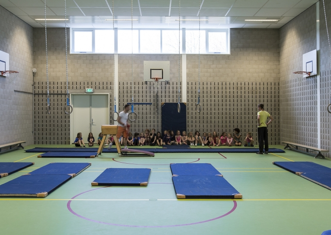 Geluidsabsorberende wand in sporthal met blokken van Soundless Acoustics International