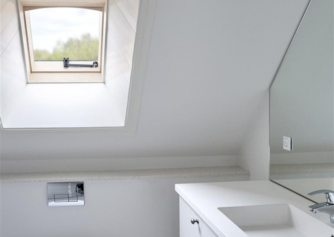 https://www.nbd-online.nl/sites/default/files/styles/682x484/public/2017/07/24/VELUX%20dakraam%20in%20badkamer%20monumentaal%20gebouw%20%28Large%29.jpg?itok=2uiE4B_e&timestamp=1500878753