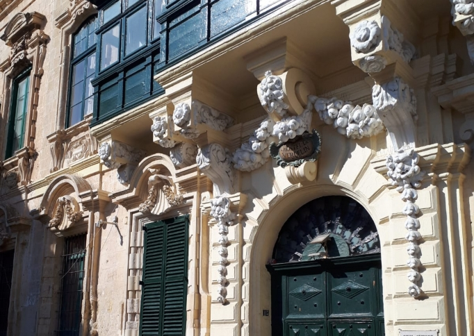 Uitbundige ornamenten met ingetogen erkers bij de Civil Service Sports Club, 113 Triq L-Arcisqof, Valletta, Malta.